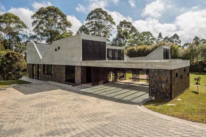 plan-b-arquitectos-design-vg-house-system-parallel-concrete-walls-define-four-volumes-connected-transversally-04