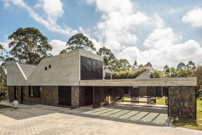 plan-b-arquitectos-design-vg-house-system-parallel-concrete-walls-define-four-volumes-connected-transversally-05