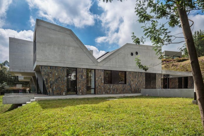 plan-b-arquitectos-design-vg-house-system-parallel-concrete-walls-define-four-volumes-connected-transversally-06