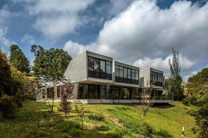 plan-b-arquitectos-design-vg-house-system-parallel-concrete-walls-define-four-volumes-connected-transversally-07