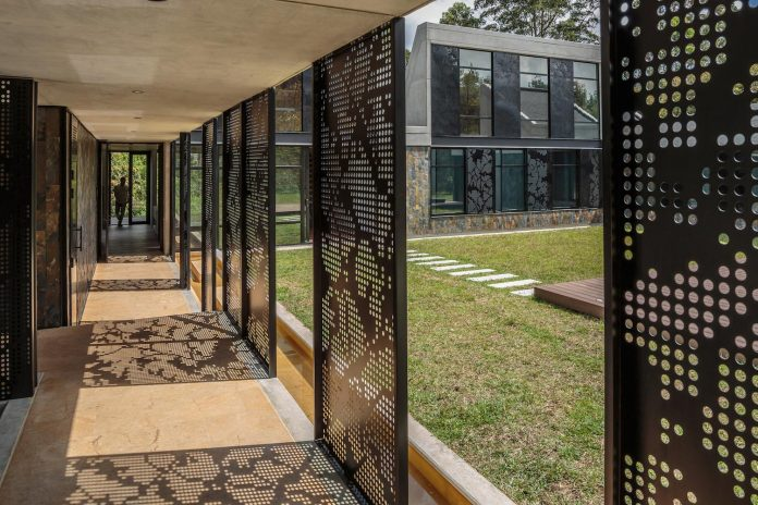 plan-b-arquitectos-design-vg-house-system-parallel-concrete-walls-define-four-volumes-connected-transversally-08