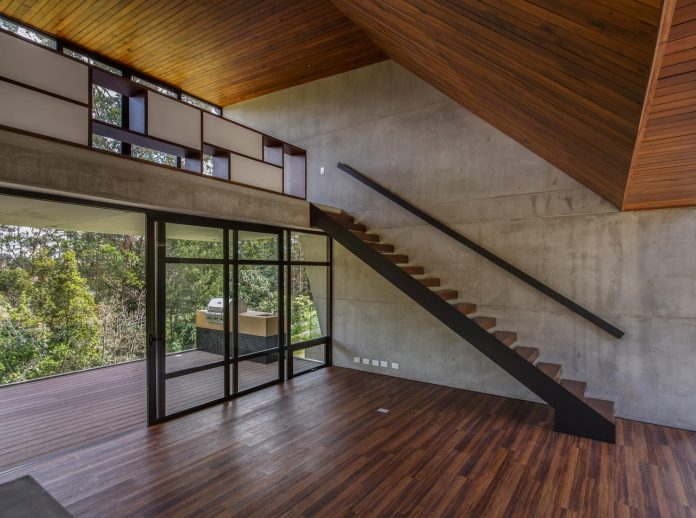 plan-b-arquitectos-design-vg-house-system-parallel-concrete-walls-define-four-volumes-connected-transversally-10