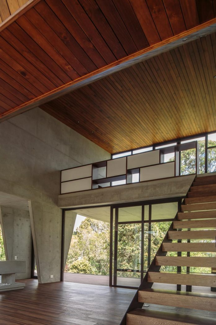 plan-b-arquitectos-design-vg-house-system-parallel-concrete-walls-define-four-volumes-connected-transversally-11