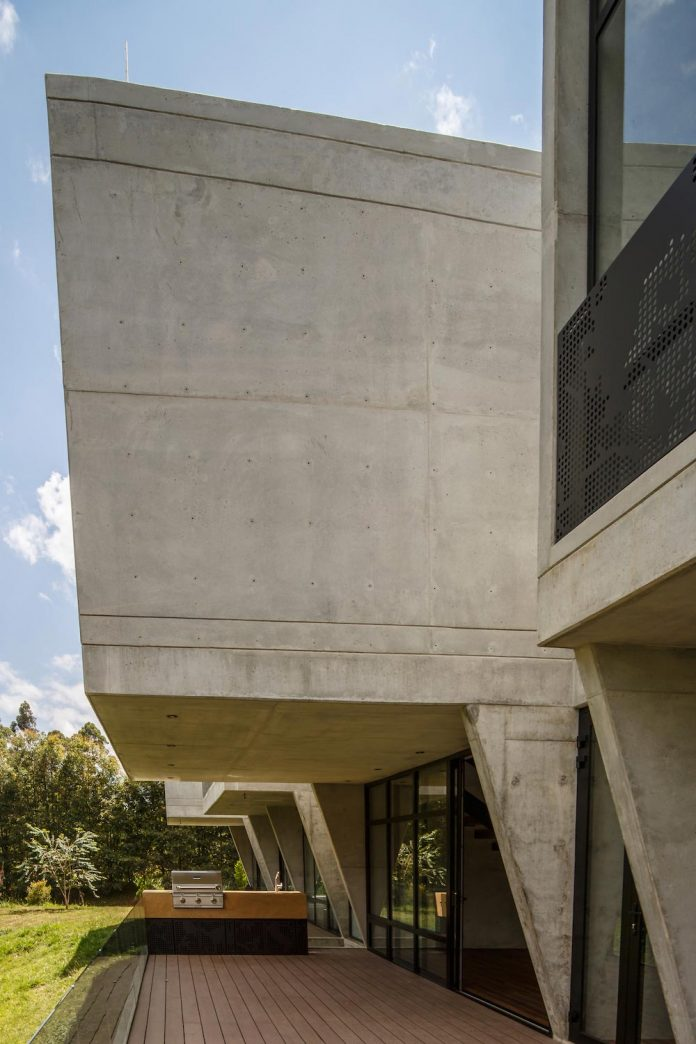 plan-b-arquitectos-design-vg-house-system-parallel-concrete-walls-define-four-volumes-connected-transversally-15