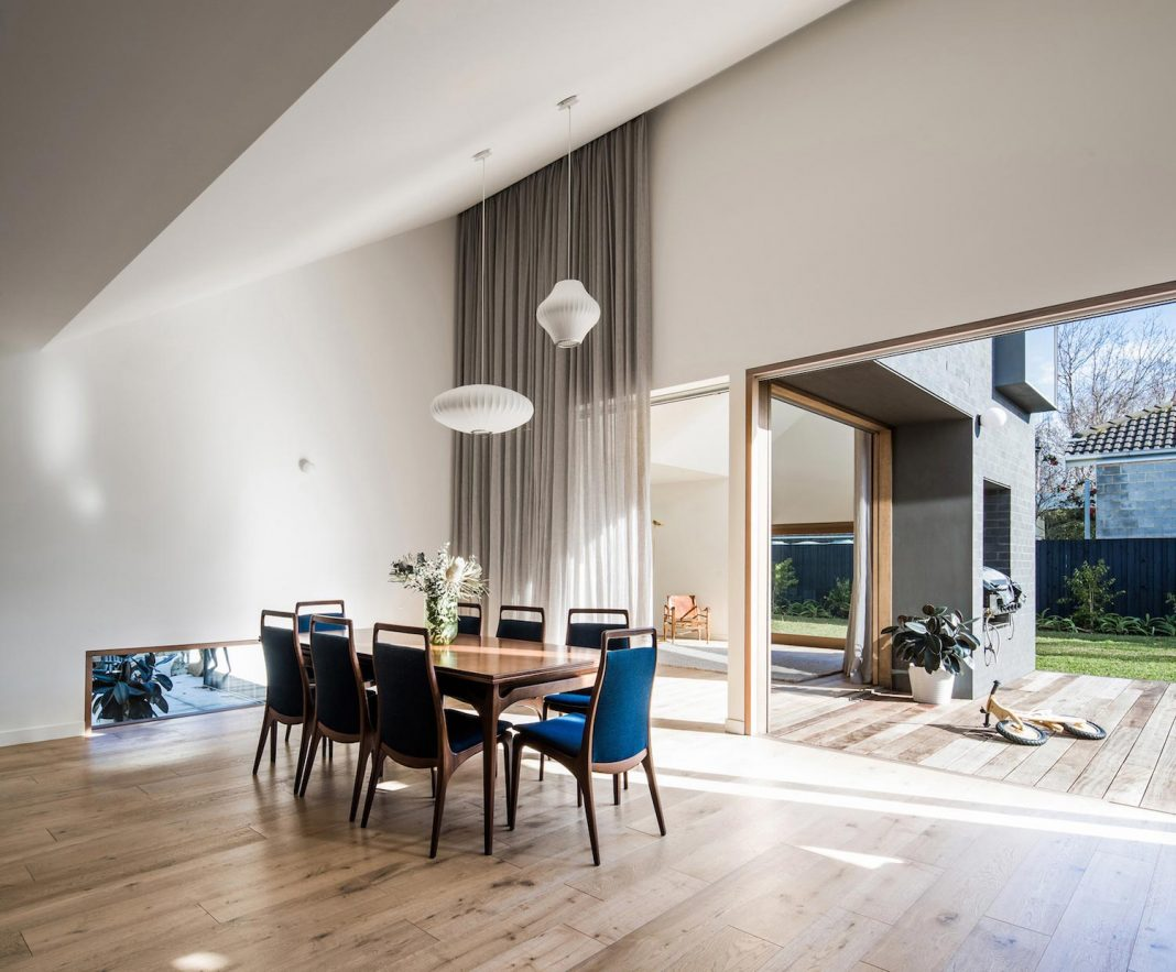 Renovation of an 1930s brick with a rear 1970s addition Contemporary 1930s house