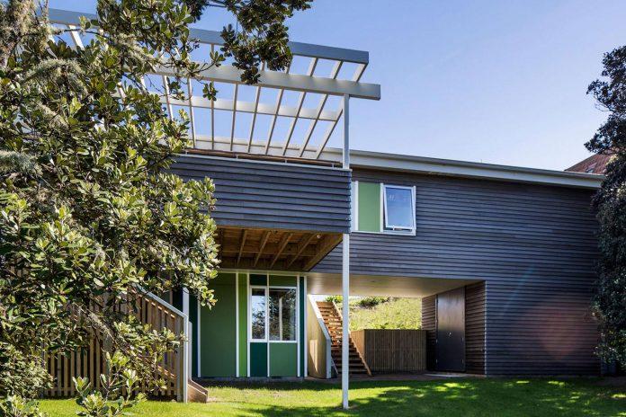 renovation-field-way-bach-house-waikanae-new-zealand-designed-parsonson-architects-03