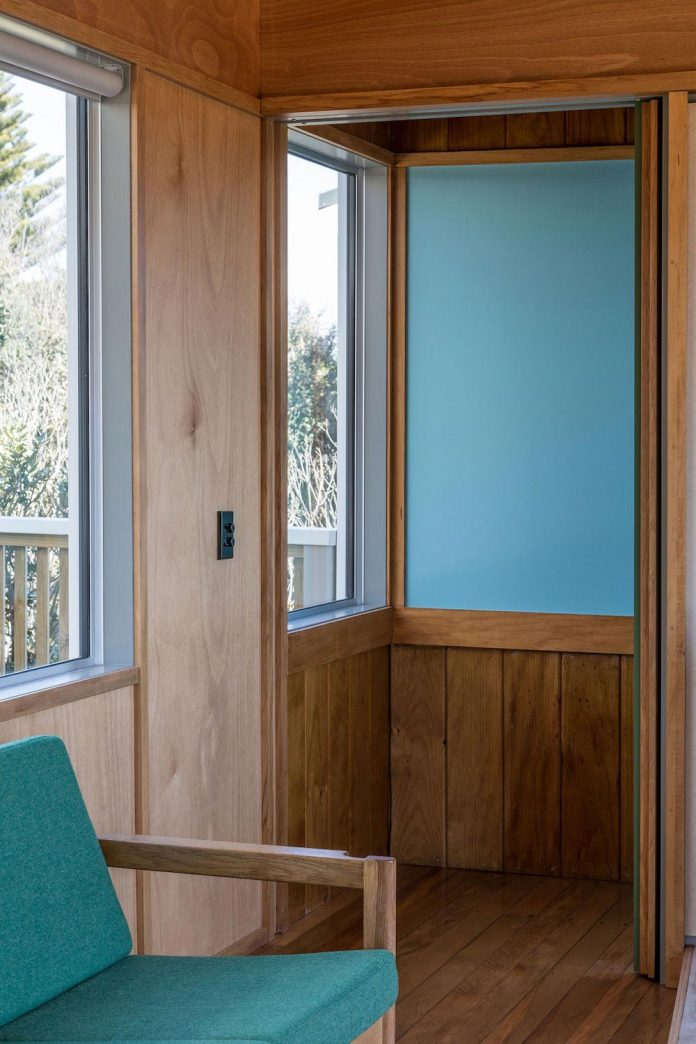 renovation-field-way-bach-house-waikanae-new-zealand-designed-parsonson-architects-09