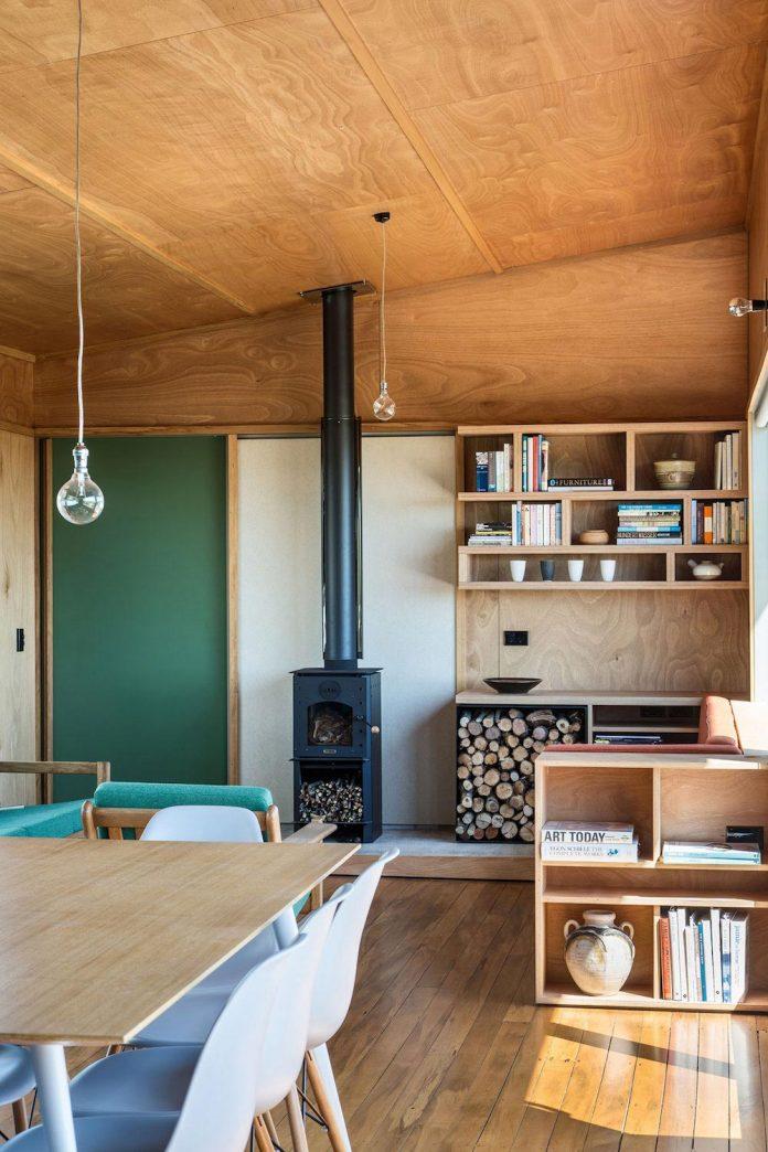renovation-field-way-bach-house-waikanae-new-zealand-designed-parsonson-architects-10