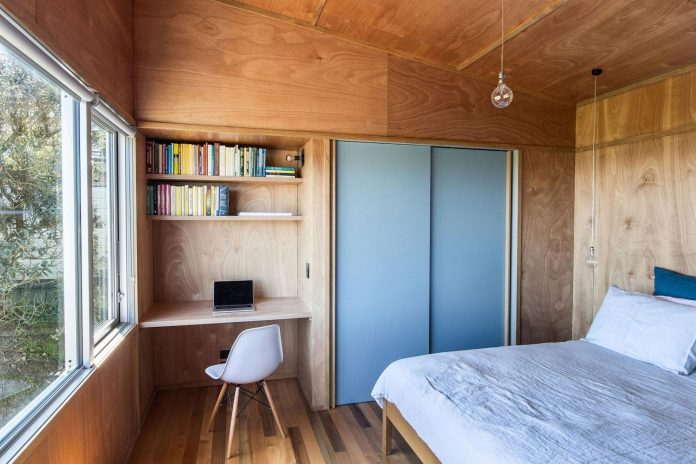 renovation-field-way-bach-house-waikanae-new-zealand-designed-parsonson-architects-16