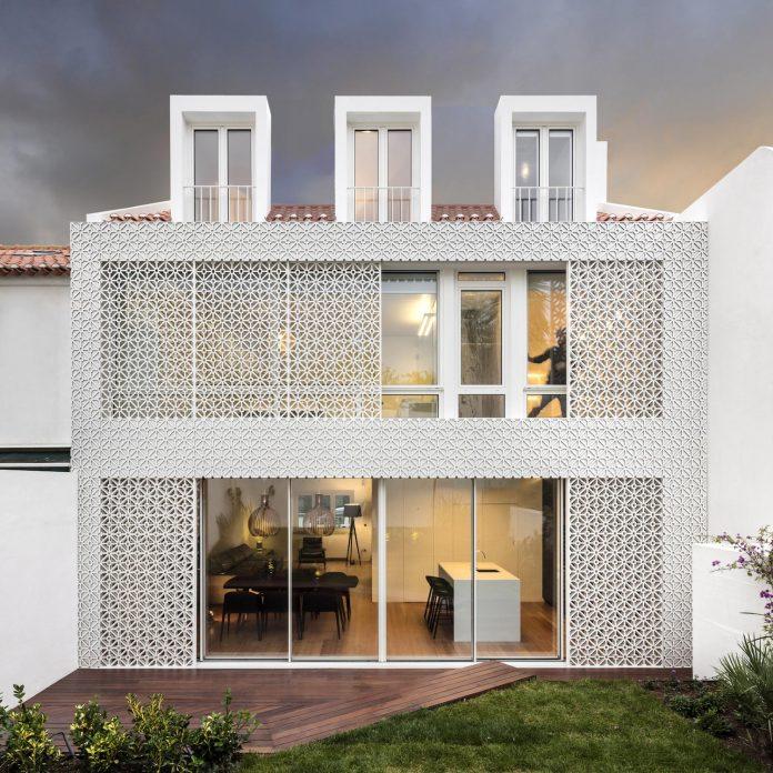 restelo-house-rear-made-series-windows-shutters-resembling-pattern-traditional-portuguese-tiles-joao-tiago-aguiar-01