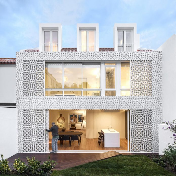 restelo-house-rear-made-series-windows-shutters-resembling-pattern-traditional-portuguese-tiles-joao-tiago-aguiar-02