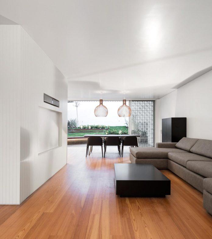 restelo-house-rear-made-series-windows-shutters-resembling-pattern-traditional-portuguese-tiles-joao-tiago-aguiar-04