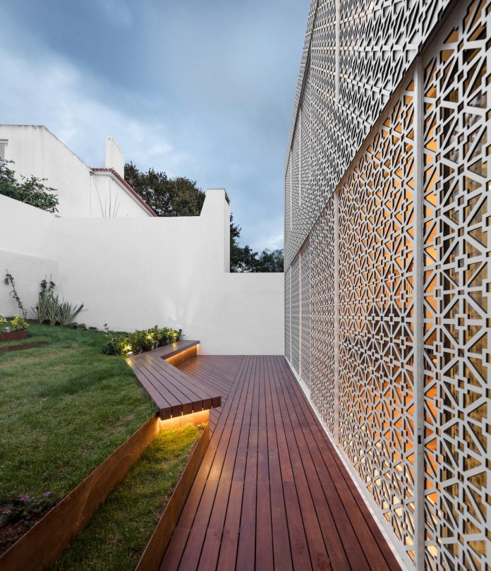 restelo-house-rear-made-series-windows-shutters-resembling-pattern-traditional-portuguese-tiles-joao-tiago-aguiar-07
