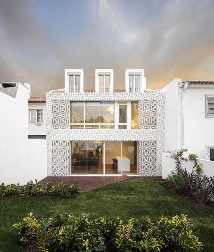 restelo-house-rear-made-series-windows-shutters-resembling-pattern-traditional-portuguese-tiles-joao-tiago-aguiar-18