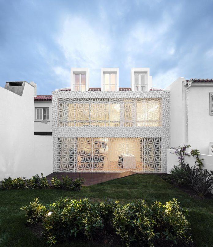 restelo-house-rear-made-series-windows-shutters-resembling-pattern-traditional-portuguese-tiles-joao-tiago-aguiar-19