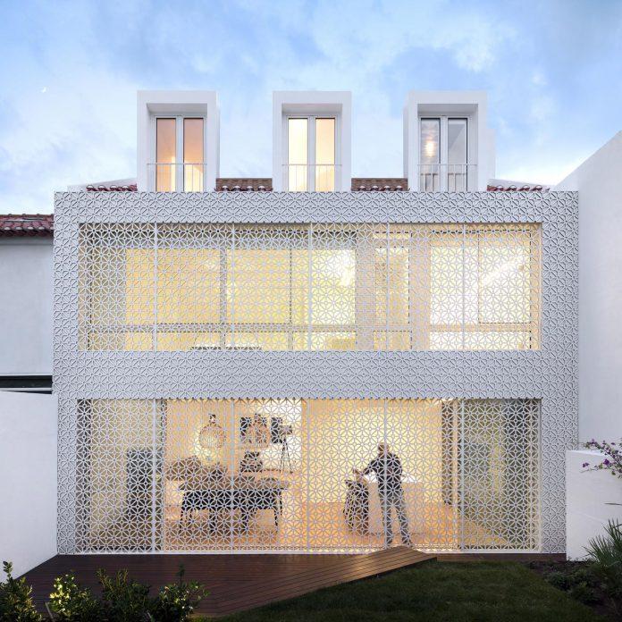 restelo-house-rear-made-series-windows-shutters-resembling-pattern-traditional-portuguese-tiles-joao-tiago-aguiar-20