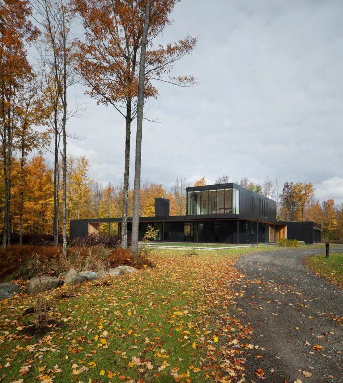 rosenberry-residence-family-cottage-located-large-wooded-lot-les-architectes-fabg-01