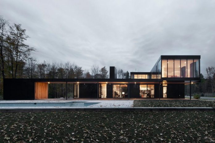 rosenberry-residence-family-cottage-located-large-wooded-lot-les-architectes-fabg-02