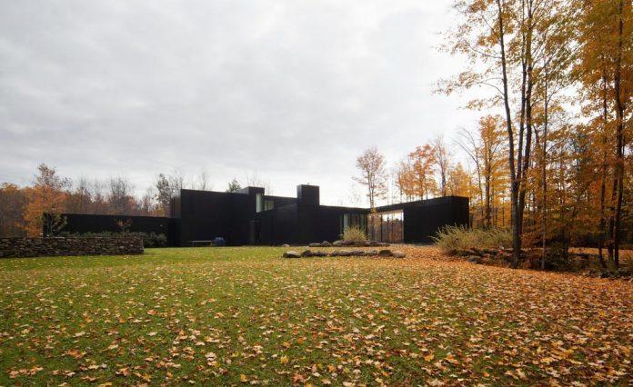 rosenberry-residence-family-cottage-located-large-wooded-lot-les-architectes-fabg-03