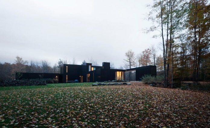 rosenberry-residence-family-cottage-located-large-wooded-lot-les-architectes-fabg-04