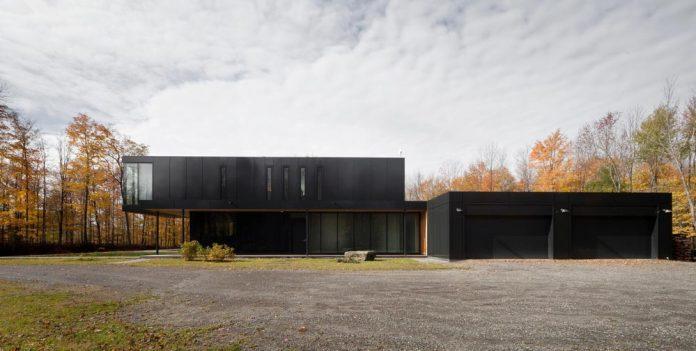rosenberry-residence-family-cottage-located-large-wooded-lot-les-architectes-fabg-05