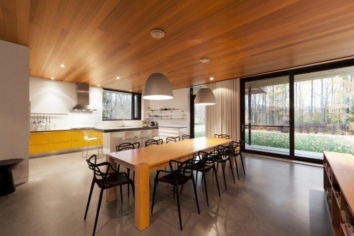 rosenberry-residence-family-cottage-located-large-wooded-lot-les-architectes-fabg-08