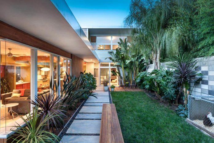 sacramento-modern-home-oasis-city-inner-focussed-courtyard-garden-home-designed-serrao-architecture-design-02