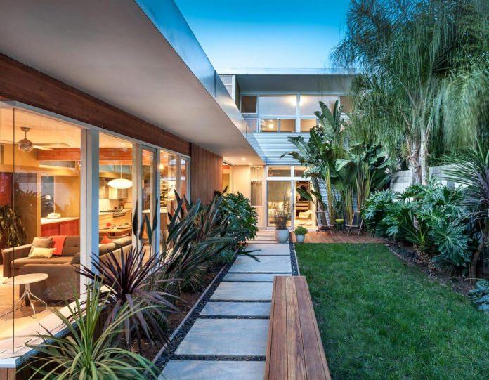 sacramento-modern-home-oasis-city-inner-focussed-courtyard-garden-home-designed-serrao-architecture-design-03