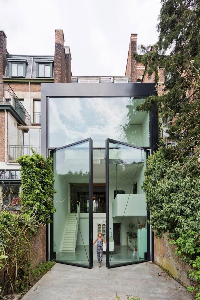 sculpit-design-town-house-antwerp-worlds-largest-pivoting-window-01
