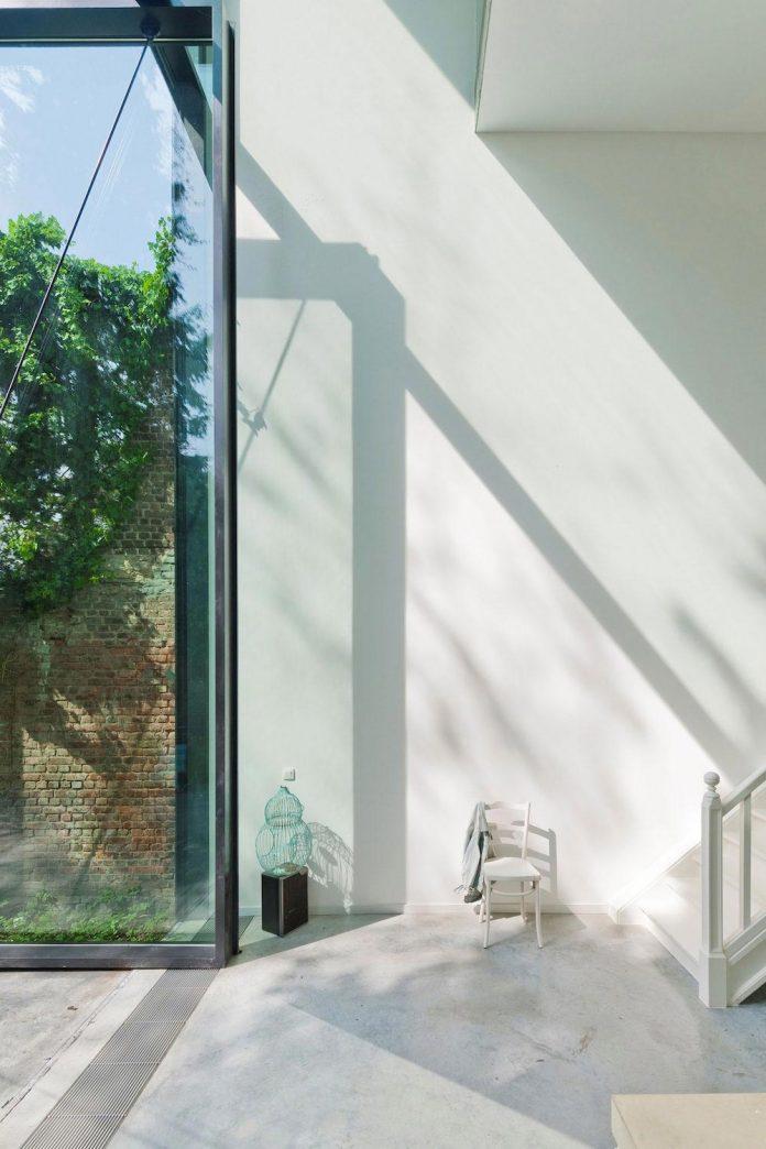 sculpit-design-town-house-antwerp-worlds-largest-pivoting-window-16