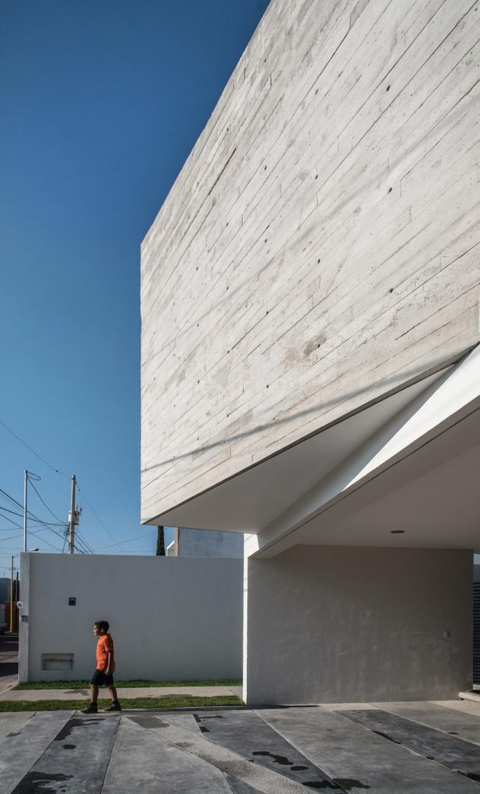 trojes-h-shaped-house-located-aguascalientes-mexico-designed-arkylab-05