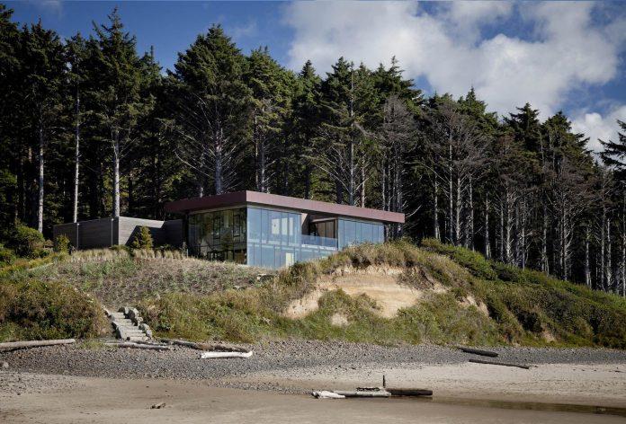 360-house-perched-beach-edge-tree-line-bora-architects-02