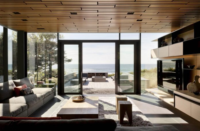 360-house-perched-beach-edge-tree-line-bora-architects-17