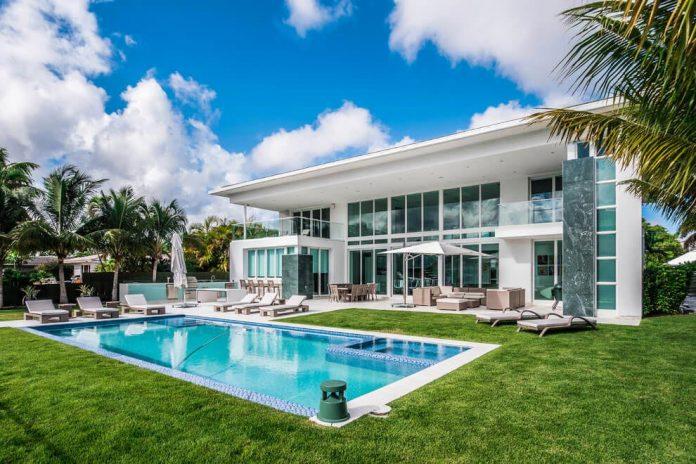 431-alamanda-luminous-home-located-hallandale-beach-florida-designed-enrique-feldman-01