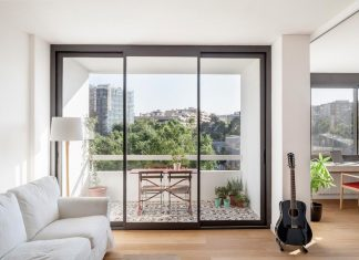 Apartment renovation in Barcelona of a sixties residential building designed by the famous architect Francesc Mitjans