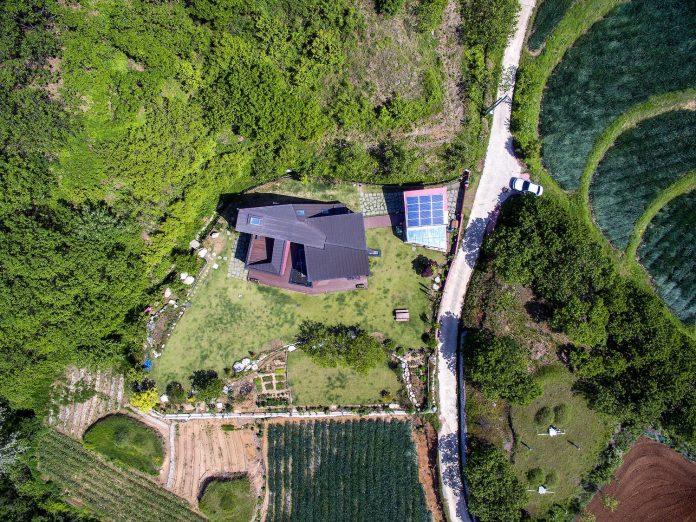 bang-keun-design-jirisan-house-red-home-harmony-natural-earth-toned-materials-01