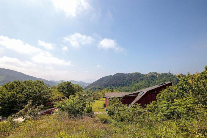 bang-keun-design-jirisan-house-red-home-harmony-natural-earth-toned-materials-03