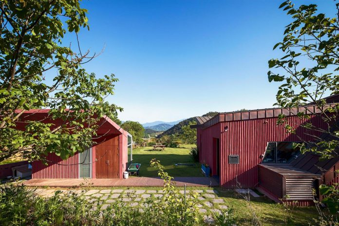 bang-keun-design-jirisan-house-red-home-harmony-natural-earth-toned-materials-05