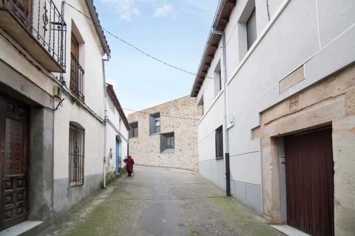 comprehensive-rebuild-peraleda-house-losada-garcia-located-small-historic-town-caceres-spain-02