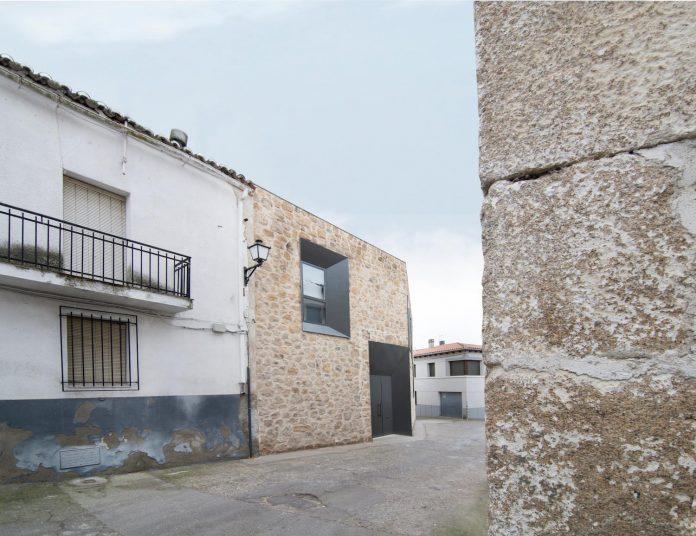 comprehensive-rebuild-peraleda-house-losada-garcia-located-small-historic-town-caceres-spain-04