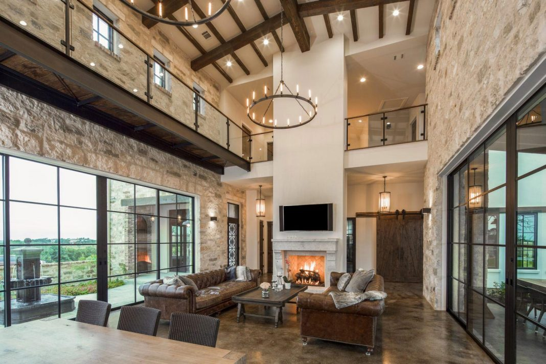 Contemporary italian farmhouse in texas with a rustic for Meubler une salle a manger