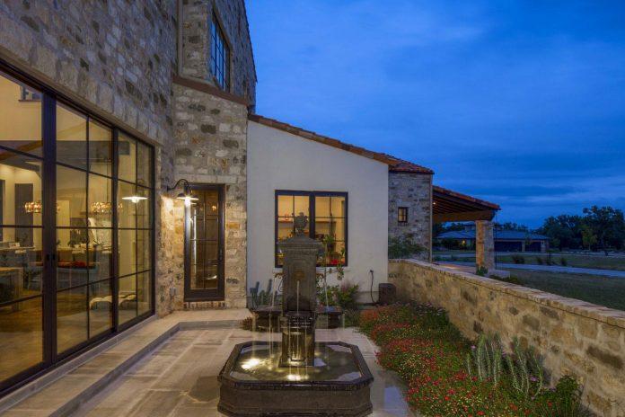 contemporary-italian-farmhouse-texas-rustic-style-steel-elements-designed-vanguard-studio-inc-11