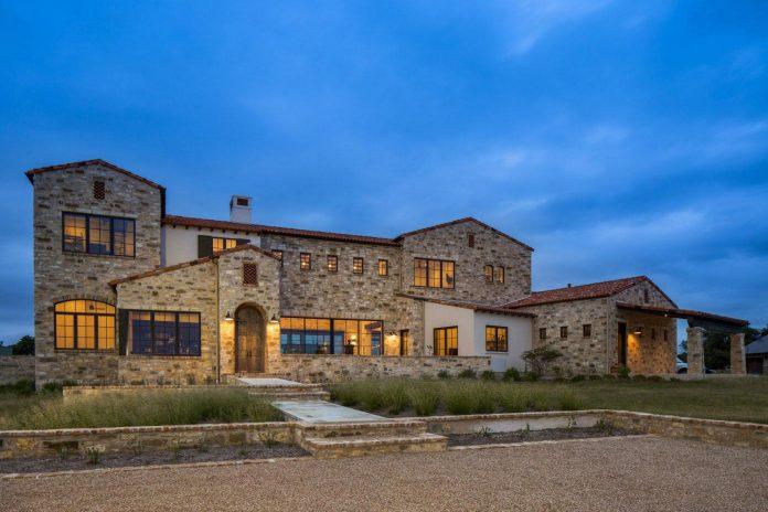 contemporary-italian-farmhouse-texas-rustic-style-steel-elements-designed-vanguard-studio-inc-19