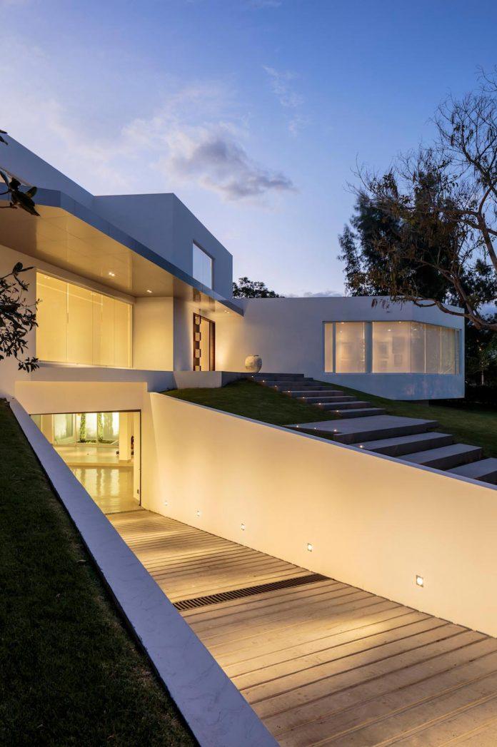 cumbaya-ultramodern-white-house-diego-guayasamin-arquitectos-01