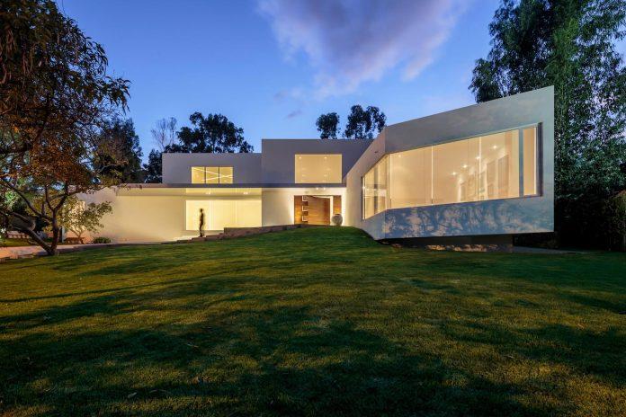 cumbaya-ultramodern-white-house-diego-guayasamin-arquitectos-02