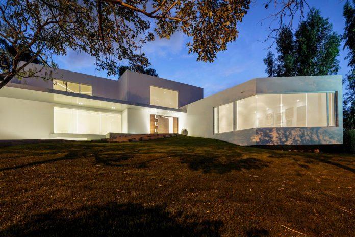 cumbaya-ultramodern-white-house-diego-guayasamin-arquitectos-03