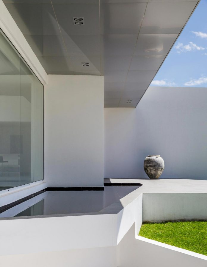 cumbaya-ultramodern-white-house-diego-guayasamin-arquitectos-07