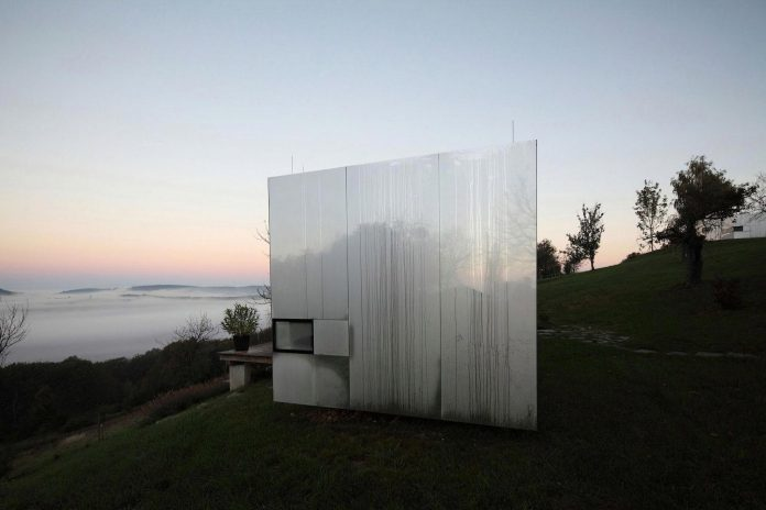 delugan-meissl-associated-architects-design-casa-invisibile-flexible-prefabricated-wood-structure-home-04