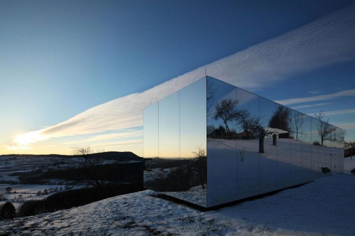 delugan-meissl-associated-architects-design-casa-invisibile-flexible-prefabricated-wood-structure-home-06