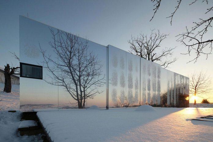 delugan-meissl-associated-architects-design-casa-invisibile-flexible-prefabricated-wood-structure-home-07